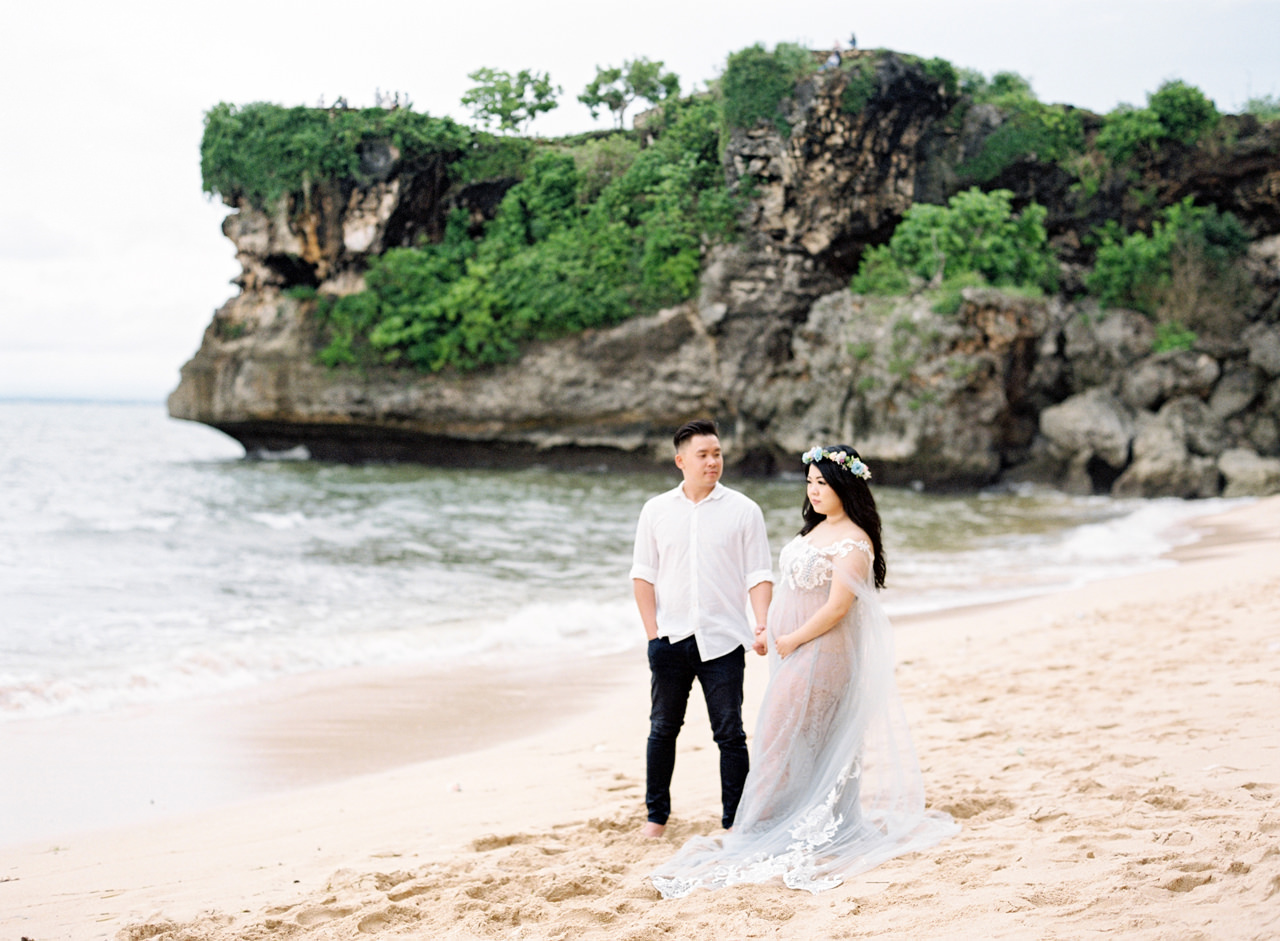 M&N: Romantic Beach Maternity Shoot in Bali 7