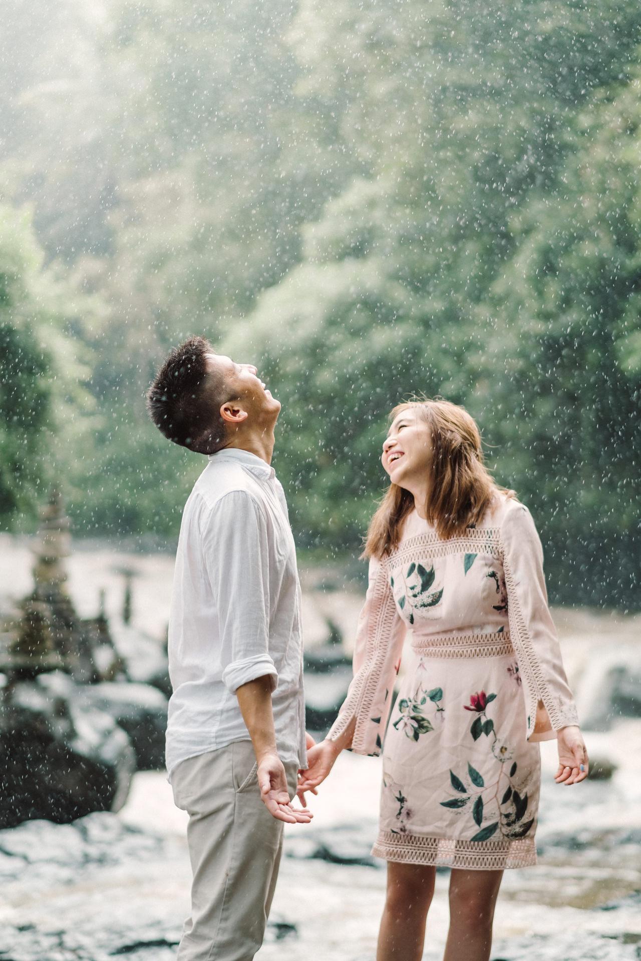 R&A: Rainy Day Engagement Photoshoot in Ubud 11